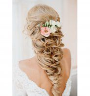 Idée coiffure de mariage : une tresse à l'envers sur le côté - Cosmopolitan.fr