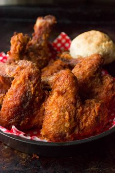 If you like fried chicken try Tennessee Hot Fried Chicken. Spicy, crunchy, and super moist. This is one of the best Fried Chicken recipes ever! Hot Fried Chicken Recipe, Chicken Wing Recipes, Nashville Fried Chicken Recipe, Roasted Chicken, Sides For Fried Chicken, Fried Chicken Wings, Frango Chicken, Fingers Food, Empanada