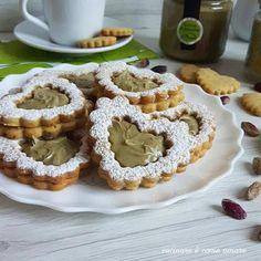 I cuor di pistacchio ( biscotti golosi) , sono dei buonissimi e friabili biscotti , realizzati con frolla al pistacchio e ripieni di crema al pistacchio.