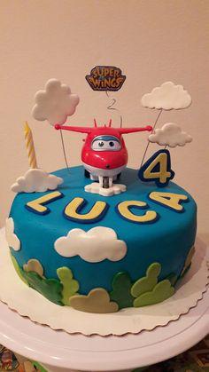 Torta di compleanno decorata con pasta di zucchero. Soggetto Super Wings.