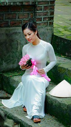 Áo Dài Việt Nam I can't ignore flowers I am coming Vietnamese Traditional Dress, Vietnamese Dress, Traditional Dresses, Oriental Dress, Oriental Fashion, Beautiful Chinese Girl, Beautiful Asian Women, Vietnam Costume, V Dress
