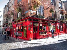 Dublin Temple Bar in uitgaansgebied met veel pubs. Naast low Culture ook de universiteit en de literatuur