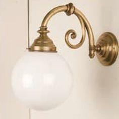 Die schöne Messing-Wandleuchte hat einen Lampenschirm aus opalem Milchglas und ist ein Eyecatcher für Ihre Räume