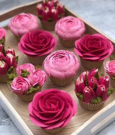 How to pipe buttercream roses - - Birthday Cupcake Ideen - Cupcakes Cake Decorating Techniques, Cake Decorating Tips, Cookie Decorating, Cupcakes Flores, Floral Cupcakes, Pink Cupcakes, How To Pipe Cupcakes, Rosette Cupcakes, Pistachio Cupcakes