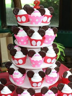 Mickey & Minnie Mouse birthday cupcakes - these would be great for a kids birthday party. I would use mini Oreos for the ears. Bolo Mickey, Mickey Mouse Cupcakes, Mickey Mouse Parties, Mickey Party, Mickey Cakes, Disney Parties, Mouse Cake, Birthday Cupcakes, Birthday Parties