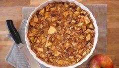 Havermout appel taart voor ontbijt Benodigdheden (voor 2 personen): 100 gram havermout 300 ml amandelmelk 2 appels 1 theelepel chiazaadjes of lijnzaad 2 theelepels kaneel Handjevol rozijntjes Kokosolie om in te vetten Handjevol walnoten of amandelen Honing