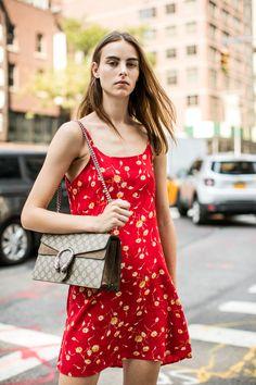 La Fashion Week prêt-à-porter printemps-été 2017 de New York bat son plein, découvrez les meilleurs looks pris sur le vif à la sortie des défilés. Photos par Sandra Semburg.