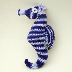 Seahorse - crochet or knit, stuffing, yarn, button Knitted Bunnies, Knitted Flowers, Knitted Dolls, Diy Crochet Animals, Knitted Animals, Crochet Bookmark Pattern, Crochet Bookmarks, Crochet Yarn, Crochet Toys