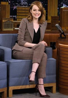 Emma Stone finds Jimmy Fallon confusing during his Singing Whisper Challenge Game face! Emma Stone readied herself for a challenge on The Tonight Show With Jimmy Fallon on Thursday night Summer Business Outfits, Business Casual Outfits For Women, Business Casual Attire, Summer Work Outfits, Casual Work Outfits, Mode Outfits, Work Casual, Classy Outfits, Business Suits For Women