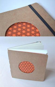 libretas de bolsillo – tapas de papel misionero de 300grs – cosidas a mano – 40 hojas ahuesadas de 80grs – tamaño 15 x 15cm – elástico sujetador