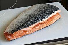 Para este tipo de preparación tendremos que elegir pescados grasos, como el salmón, la trucha o el atún. Respecto a la zona del pescado a marinar, hay disintas opiniones, hay quien prefiere la parte del cogote de la pieza, que es más graso si cabe, aunque nosotros nos hemos decantado por la parte de la cola, ya que nos resulta más cómoda para cortar y manejar. Ceviche, Salmon Recipes, Fish Recipes, Protein Shop, Chilean Recipes, Chilean Food, Fish And Seafood, Other Recipes, Diy Food