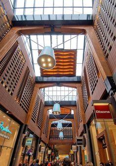 f2c6e51cd8d1d1 Winkelcentrum De Klanderij te Enschede. In de binnen bekledingen van dit  winkelcentrum zijn vele systeem