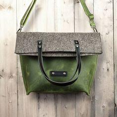 werktat Umhängetasche aus grünem Leder und Filz, Charakterstück WT0814, Filz Messenger Bag #Umhängetasche #Leder #Filz #crossbody #bag #messenger #Kuriertasche #tote #rustikal #ledertasche #filztasche #grey #green #grün #grau #tasche #handtasche #natur #nature #diy #leatherbag #ledertasche #filztasche