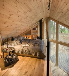 A small house with a wooden design of to spend your weekends (and you can rent it!) - PLANETE DECO a homes world Timber Walls, Sleeping Loft, Wooden Cabins, Wooden House, Cabin Interiors, Cozy Cabin, Tiny House Living, Cabins In The Woods, Home Projects
