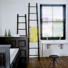 """Une salle de bains à l'esprit """"presbytère"""" modernisée par le noir"""
