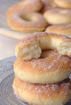 Ces beignets cuits au four sont une bonne alternative aux beignets classiques réputés trop gras. Tout se joue au moment de la cuisson, il faut bien surveiller le four et ne pas être tenter de les enfourner dans un four très chaud, ni plus longtemps au...