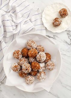These Carrot Cake Energy Balls are a delicious healthy breakfast or snack! Naturally sweetened, they're nut free, gluten free, and vegan. Vegan Treats, Healthy Desserts, Delicious Desserts, Healthy Recipes, Sin Gluten, Raw Carrot Cakes, Snack Recipes, Dessert Recipes, Sweets
