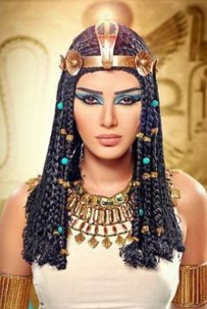 Ancient Egyptian Hair was distinguished by age, gender, and status. Women would wear wigs over their hair. The styling ranged from simple, to complex braiding and curls. Cleopatra Makeup, Cleopatra Costume, Egyptian Costume, Egyptian Hair, Ancient Egyptian Makeup, Queen Cleopatra, Ancient Beauty, Egyptian Party, Egyptian Fashion