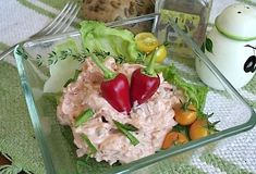 Pikantní svačinový salát vhodný k čerstvému pečivu, ale také k topinkám nebo opečeným bagetám.