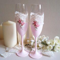 Свадебные бокалы в розовых тонах🌸 с нежным кружевом и жемчужной нитью💎 изготовлена и окрашено вручную🙌💕 мы примем любые пожелания по выполнению😉💐#hammy_design