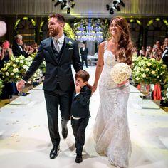 Football superstar Lionel Messi marries Antonella Roccuzzo in Argentina Fc Barcelona, Wedding 2017, Wedding Trends, Wedding Goals, Messi Y Antonella, Cr7 Junior, Antonella Roccuzzo, Bridal Wardrobe, Wedding Photography