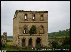 La vieille maison sans toit ... - en Auvergne Haunted Places, Abandoned Places, Derelict Buildings, Monuments, Lost, France, Board, Old Abandoned Houses, Ruins