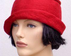 Cappello retrò asimmetrico, cloche di feltro rosso, negli anni venti ha ispirato il cappello, moda art deco, 20s accessorio, cappello di inverno