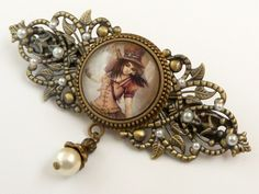 This large hair clip is a nice accessory for Steampunk events. It is made of bronze-colored metal. On the back there is a barrettes mechanism with a width of 6 cm. The front is decorated with fine lea