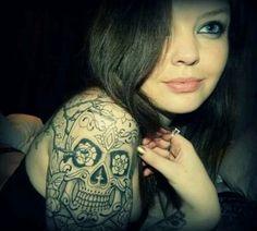 Uma seleção de tatuagens femininas no ombro com diversos tipos de desenhos e temas que com certeza vão te inspirar para a sua próxima tattoo ou principalmente para a sua primeira.
