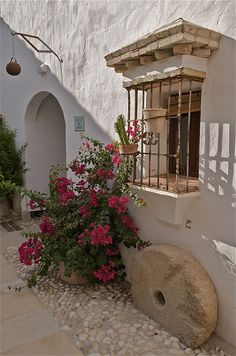 Linda ventana mexicana con rejas