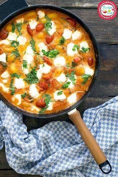 """La preparazione chiamata """"in purgatorio"""" prevede che un ingrediente principale, in questo caso la mozzarella invece delle classiche uova, sia sommerso da g"""