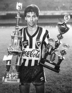 O zagueiro que parecia atuar de terno e gravata: Mauro Galvão.