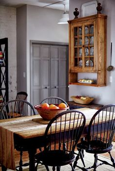Stylish Southern Homes - an antique farm table in a renovated North Carolina warehouse - via Garden and Gun Antique Farm Table, Farmhouse Table, Farmhouse Decor, Rustic Cottage, Farmhouse Interior, Southern Homes, Country Homes, Southern Charm, Table And Chairs
