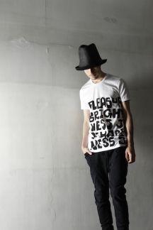 ソフトな風合いで肌触りが心地のよいリヨセルコットン素材にWORDプリントを施したTシャツです。