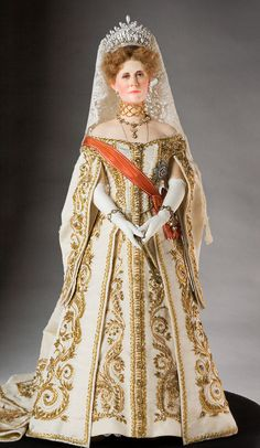 doll by George Stuart, representing Empress Alexandra Feodorovna of Russia in her official dress to the Russian Imperial Court. Alexandra Feodorovna, Ooak Dolls, Art Dolls, 3d Foto, Doll Museum, Court Dresses, Imperial Russia, Period Costumes, Doll Costume