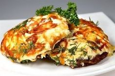 Мясо по-французски, запеченное в духовке: блюдо, ставшее практически интернациональным. С помидором и сыром - просто волшебно!