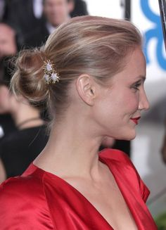 Cameron Diaz wears Verdura's gold and diamond 'Plieades' brooch in her hair to the 2009 Golden Globes ~ Colette Le Mason Easy Bun Hairstyles, Short Hairstyles For Women, Hairdos, Short Hair Bun, Short Hair Styles, Wedding Bun, Knot Bun, Colette, Looking Gorgeous