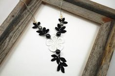 He encontrado este interesante anuncio de Etsy en https://www.etsy.com/es/listing/152675565/black-ivory-and-gray-steampunk-lace-leaf