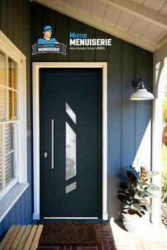 Entrée de maison extérieur moderne et design. Le modèle est la porte ...