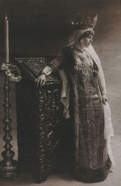 Queen Marie of Romania in the attire specific to the wives of Wallachian or Moldavian Medieval rulers. Queen Mary, King Queen, Vintage Photographs, Vintage Images, Romanian Royal Family, Royal Jewels, Women In History, European History, Old Photos