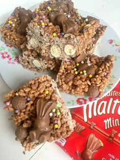 Ridiculously good Malteser Chocolate Rice Krispie Cakes - like your favourite chocolate Rice Krispie Treat but with added Malteser goodness! Great no-bake Easter recipe # Malteser Chocolate Rice Krispie Cakes Chocolate Rice Krispie Cakes, Rice Krispie Treats, Cake Chocolate, Easter Chocolate, Baking Recipes, Dessert Recipes, Baking Desserts, Party Recipes, Reis Krispies