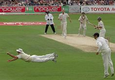 What an iconic moment from the best series of cricket ever played. I remember literally jumping out of my seat when this catch was taken. One of the many occasions that makes you fall in love with sport. Sports Now, Sports Stars, England Cricket Team, Latest Cricket News, Cricket Videos, Cricket Wallpapers, Arsenal Stadium, Cricket Games, Play N Go