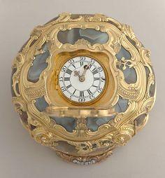 WATCH AND SNUFFBOX England, ca. 1760 Agate, gold, enamel, metal Photo: Matt Flynn