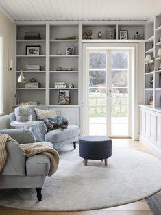 Perfekta, platsbyggda bokhyllor. Fin, rund IKEA-matta