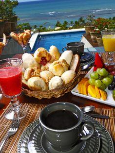 Deniz manzarası eşliğinde kahvaltı