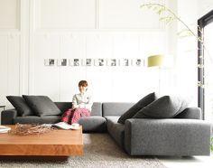 おしゃれなデザインのローソファ「Decibel 3人掛けコーナーソファセット」:デザイン|ソファ専門店 NOYES Mod Furniture, Furniture Design, Floor Couch, Room Interior, Interior Design, Couch Design, Sofa Home, Modern Table, Sofa Chair