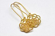 Goldfarbene Ohrringe mit Blumen von Saimana´s Pearls  auf DaWanda.com