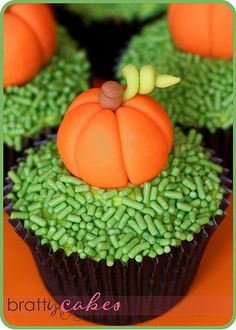 Make this Thanksgiving the best one ever.Cupcakes have taken the dessert world by storm over the past few years.Cupcakes are a great choice for parties . Thanksgiving Cupcakes, Pumpkin Cupcakes, Yummy Cupcakes, Cupcakes Fall, Pumpkin Patch Cake, Sprinkle Cupcakes, Holiday Cupcakes, Thanksgiving Decorations, Dessert Halloween