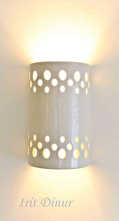 """גוף תאורה צמוד קיר מקרמיקה בצבע שמנת מט מידות 20*12 ס""""מ. תאורה עליונה ותחתונה. ניתן להזמין בצבעים ובכמויות שונות."""