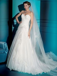 Luxury A-line organza sleeveless bridal gown